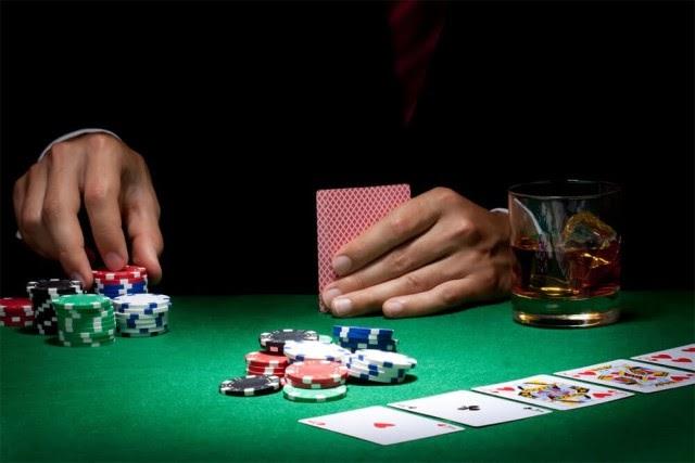 Không nên bluff khi chơi poker
